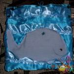 Глаз клеевой.  Туша кита выполнена из голубого льна.  Фонтан кита выполнен из отдельных струй.